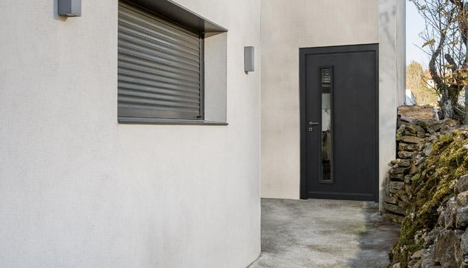 Portes Athéna : • Porte métallique 52 mm • 2 faces tôles prépeintes 75/100e • 4 fiches • Serrure multi-points à rouleaux