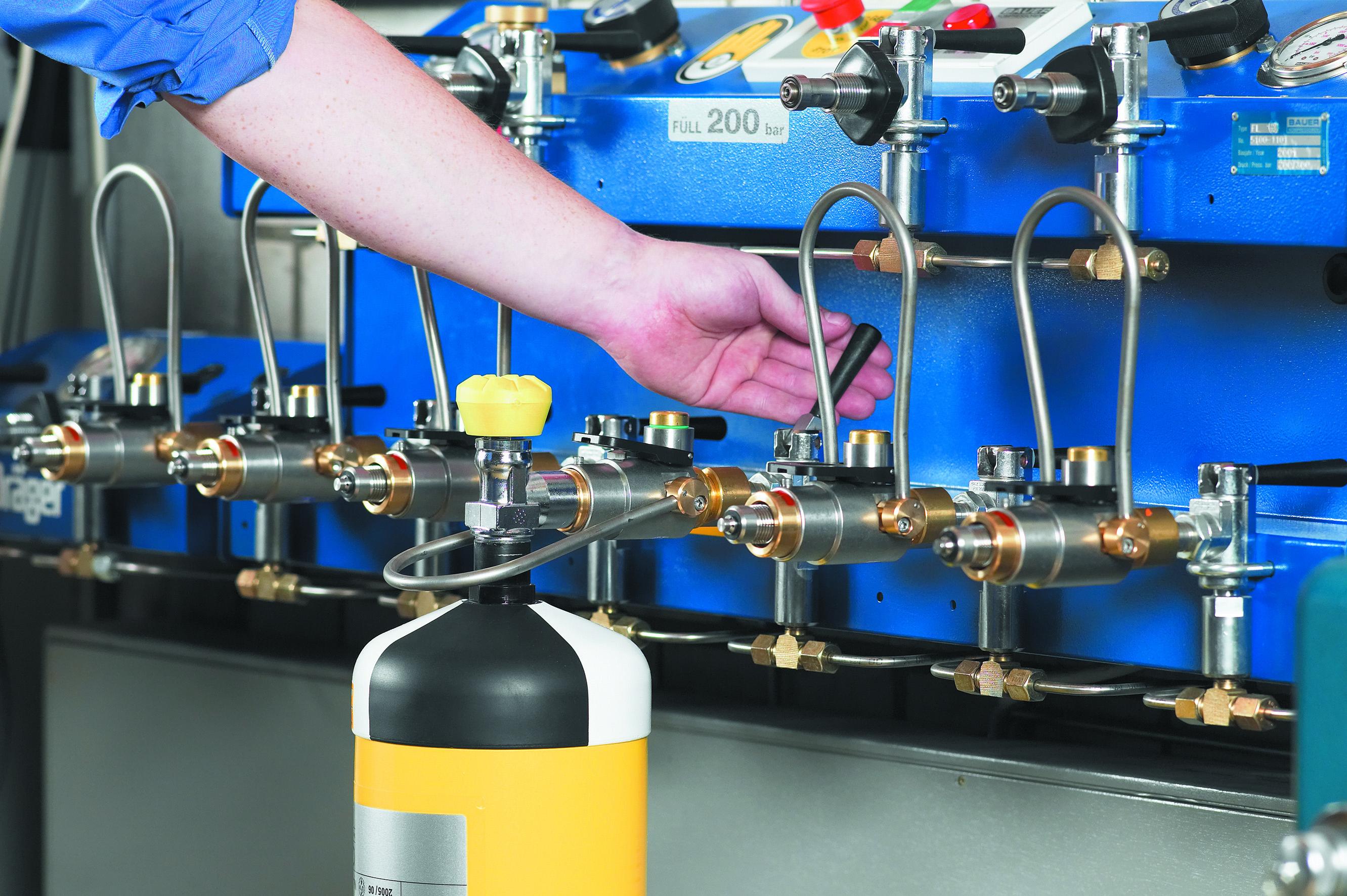 Einfach und Sicher – Atemluftflaschen und Pressluftatmer füllen oder prüfen