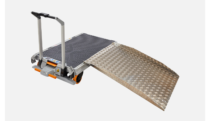 Aluminiumrampe mit seitlichem Abrollschutz und Tragegriff. – Rutschhemmende Oberfläche – Maße: 1.189 mm x 841 mm x 122