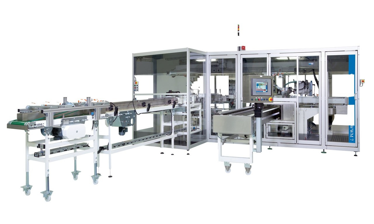 Die OPTIMA WWM verpackt vorverpackte Feuchttücher in PE-Beutel. Das Konzept der Maschine basiert auf der LBV-Reihe von O
