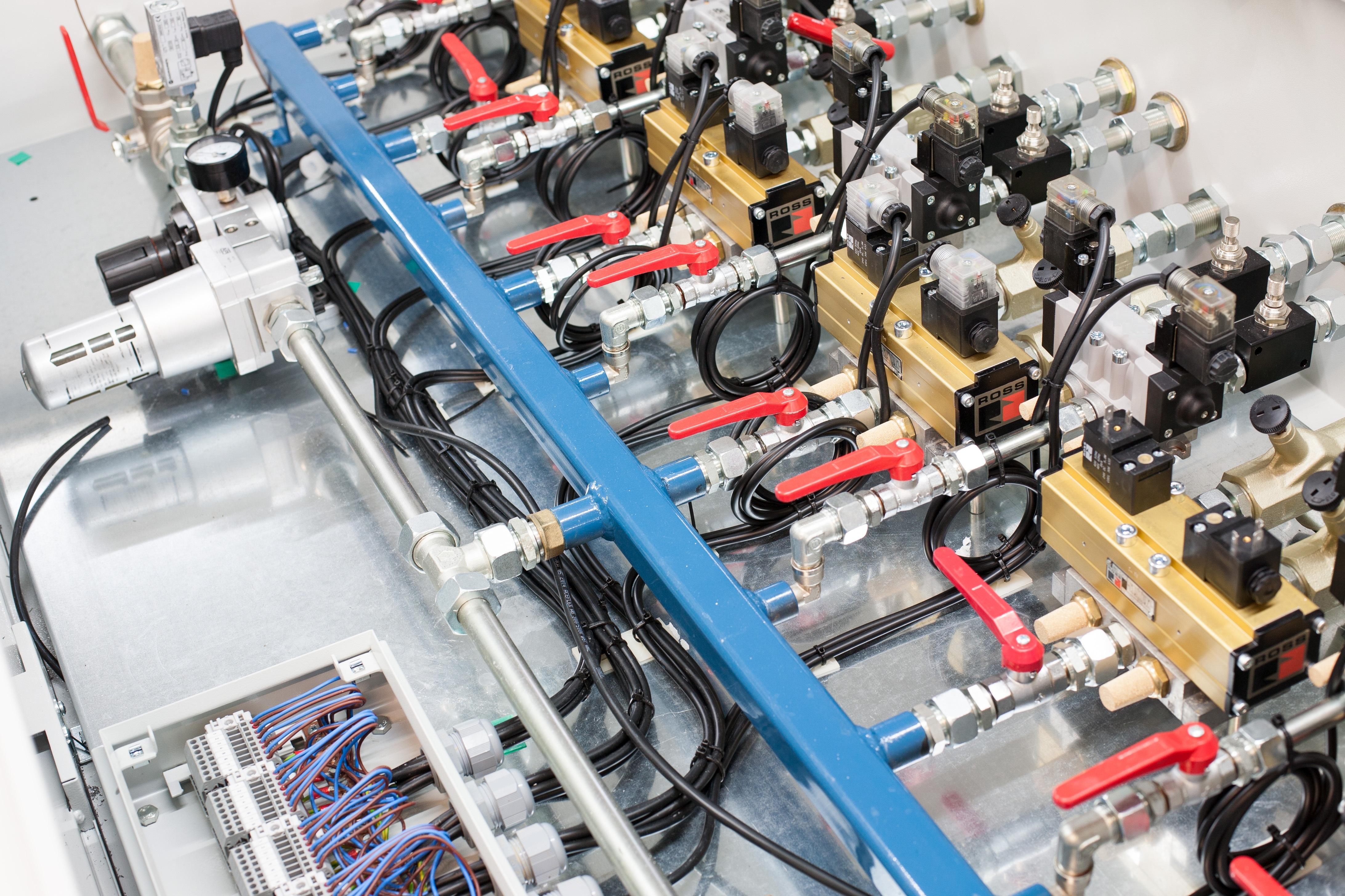 Fabricamos diversos tipos de paneles, armarios y pupitres neumáticos. Apoyamos a nuestros clietnes desde la fase de dise
