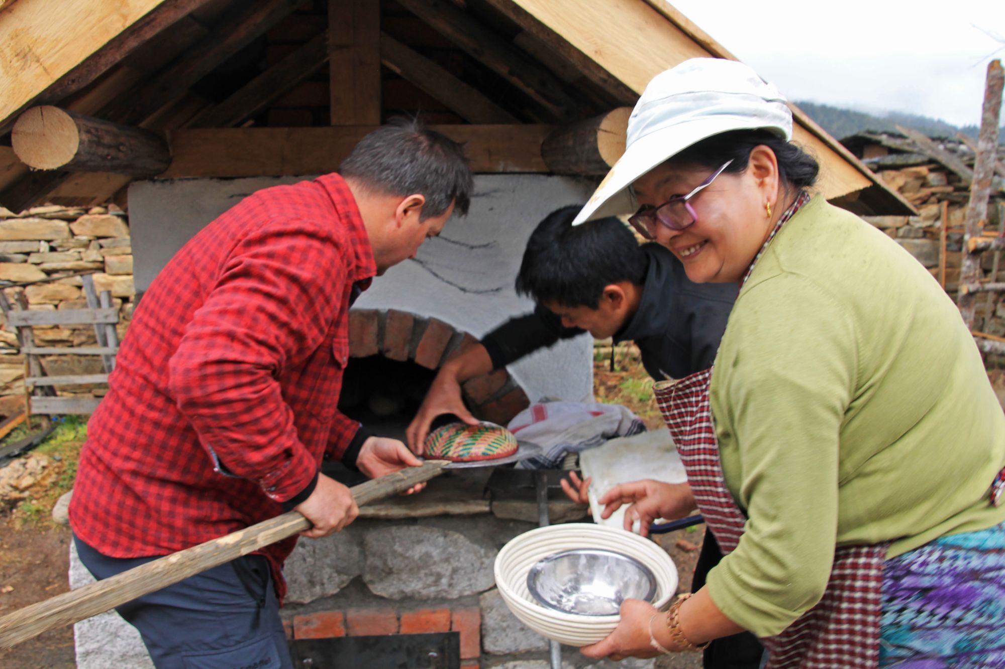 cargo-partner podporuje rakouskou neziskovou asociaci Bhutan Network v projektu výstavby pecí na chléb
