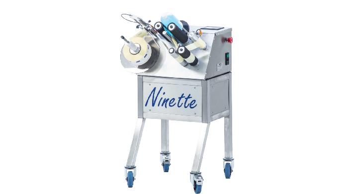 Conçue par la société CDA, la Ninette 2 est une étiqueteuse semi-automatique permettant la dépose de deux étiquettes adh
