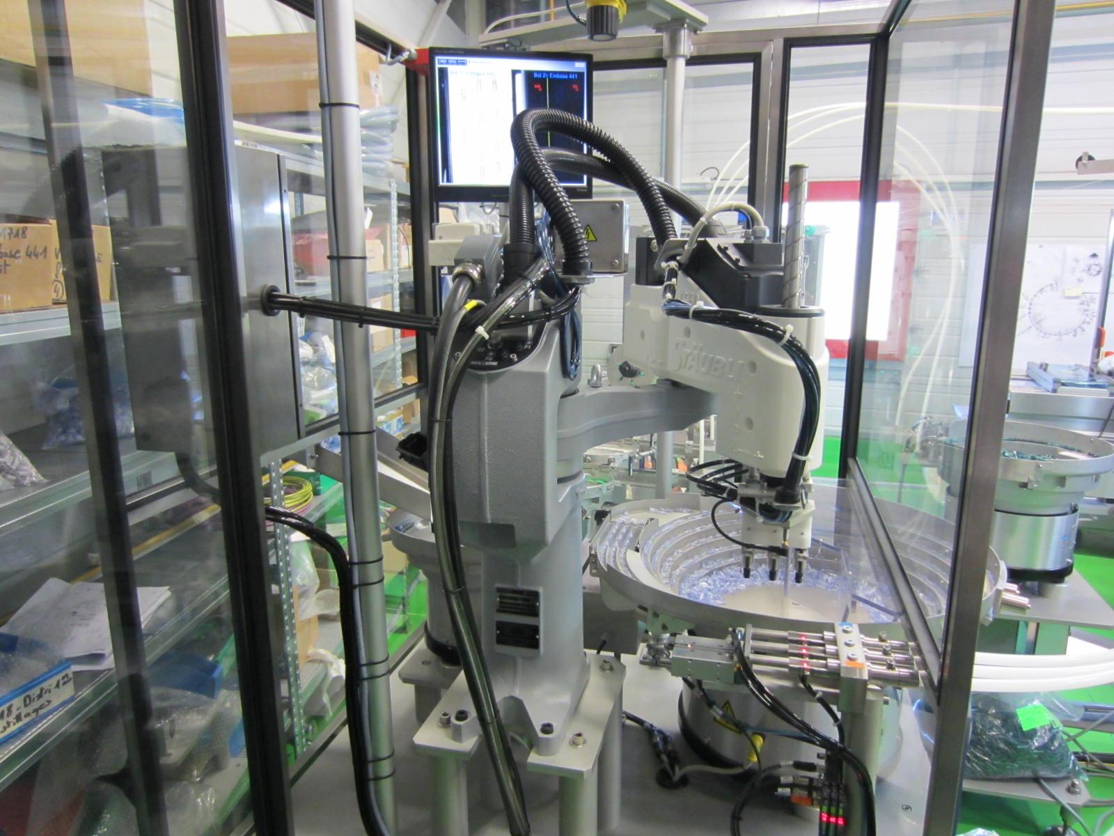 Robot industriel associé à un bol vibrant
