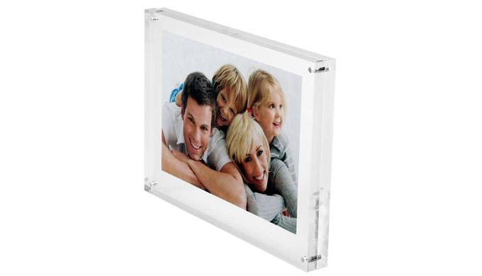 Élégance et transparence du plexiglass pour la mise en valeur de photos, fiches ou informations diverses Le document pap