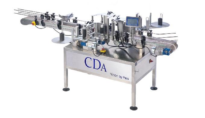 Conçue par la société CDA, la Ninon By-Pass est une étiqueteuse automatique pouvant étiqueter jusqu'à 120 produits/minut