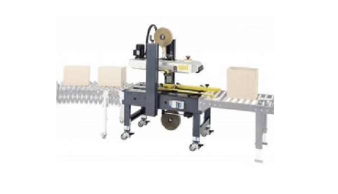 Proposée par CDA, la scotcheuse semi-automatique industrielle permet l'emballage de boîtes de toute dimension à la fin d