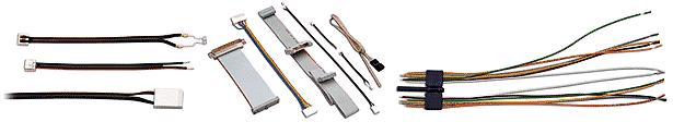 Flachbandkabel in verschiedenen Polzahlen, Formen und Farbfolgen.