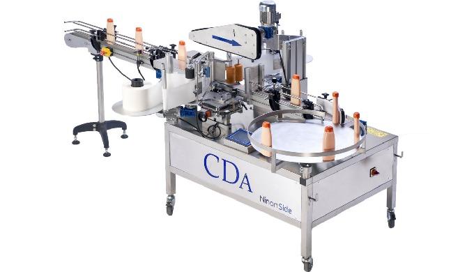 Conçue par la société CDA, la Ninon Side est une étiqueteuse automatique équipée de postes d'étiquetage latéraux permett