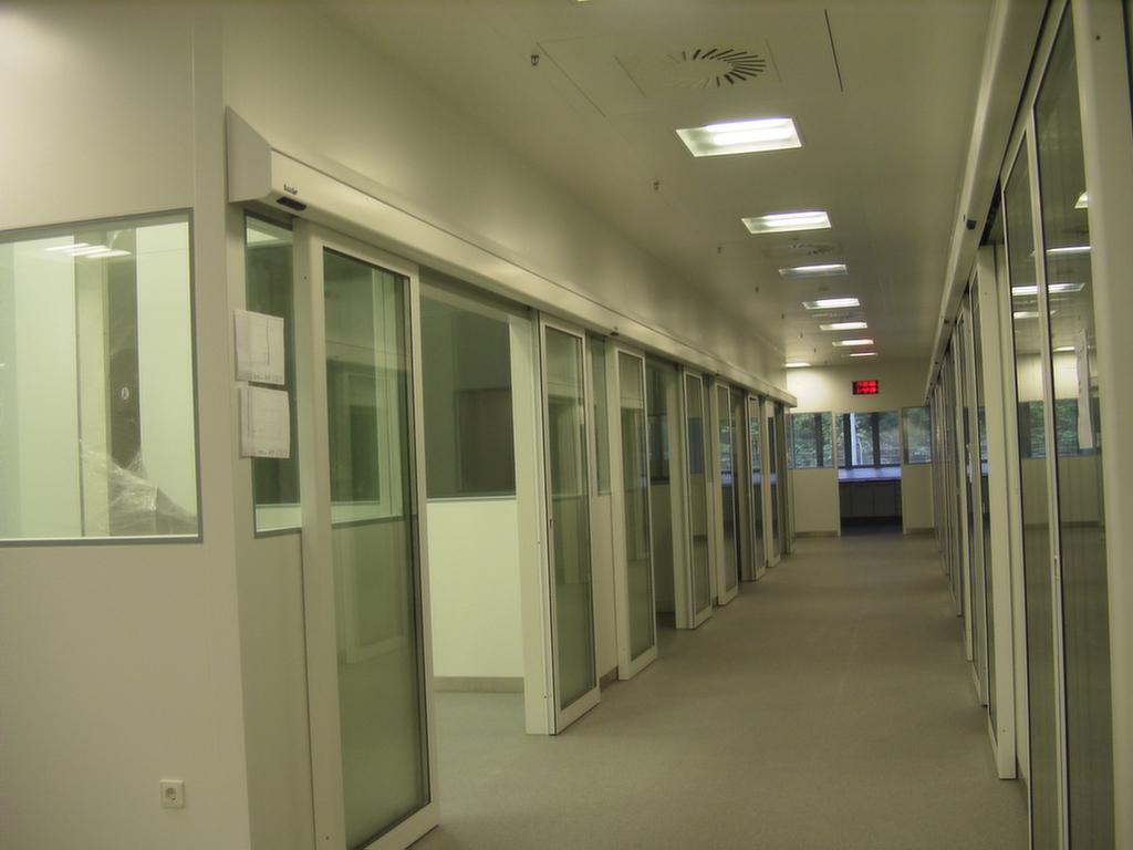 Effiziente Reinraumtüren und Reinraumtore für hohe Hygieneansprüche