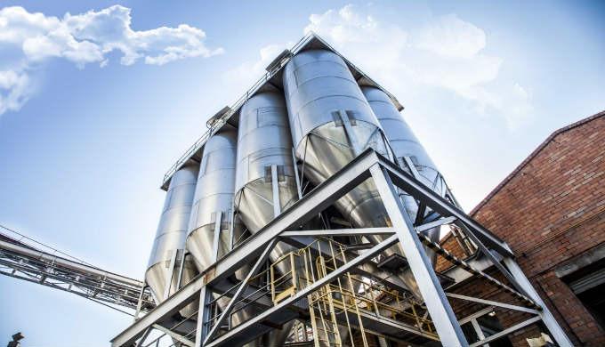 Lossilos de cereales y piensos metálicosdecargaagranelsobre estructura o silos elevados individuales sirven para e