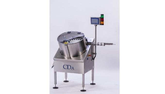 Conçu par CDA, le redresseur automatique de flacons petits formats alimente votre remplisseuse, étiqueteuse ou ligne de