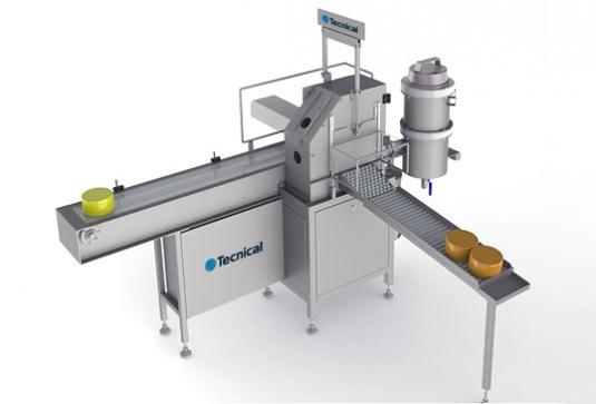 Equipo de pintado automático mediante pistola aerográfica estática y sistema de volteo del queso. Dispone de una cinta t