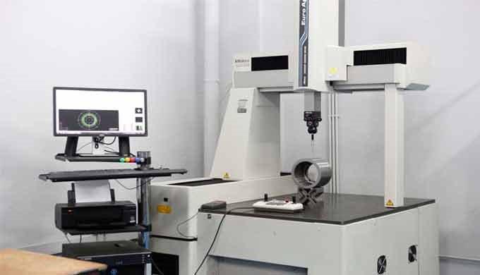 Dentro de nuestro programa de fabricación creamos el departamento de metrología, una sala apropiadamente climatizada y c