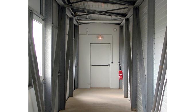 Blocs-portes Métalliques - Issues de secours : • Vantail isoplan type caisson de 57 mm d'épaisseur à parements en tôle p