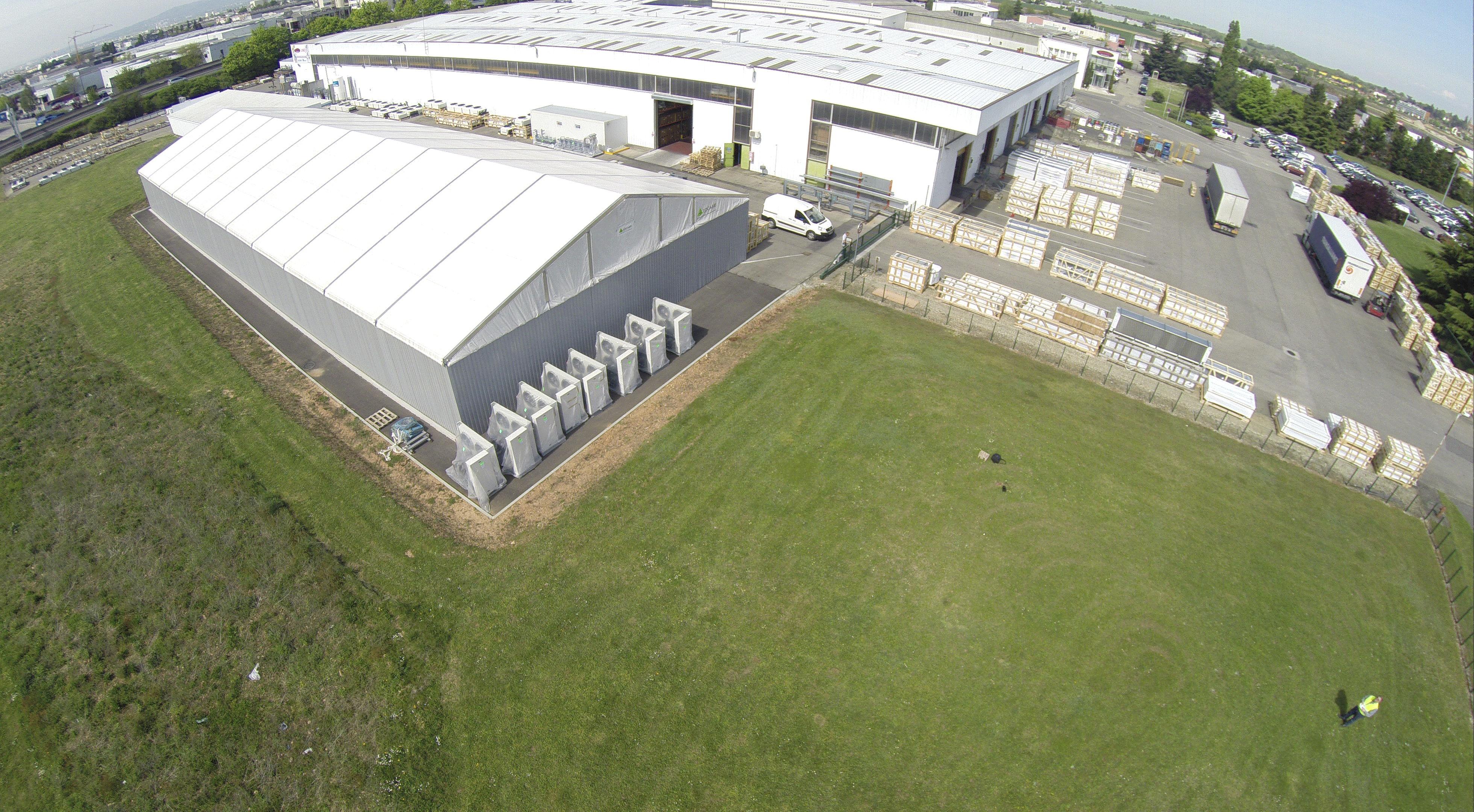 Tente industrielle modulaire et démontable, avec un mode d'installation sans fondation et qui évolue avec vos besoins.