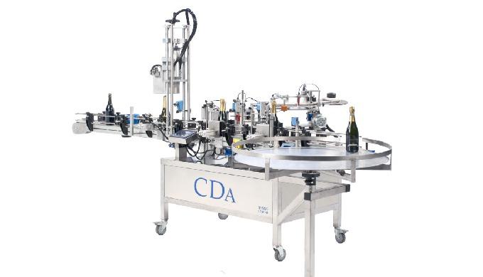 Conçue par la société CDA, la R 1000 Coiffes est une étiqueteuse et sertisseuse automatique permettant de déposer jusqu'