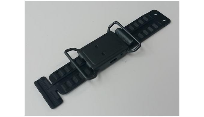 This buckle is applied to shoes and bags, and the ring is installed so that the buckle body can hold the handle, so that
