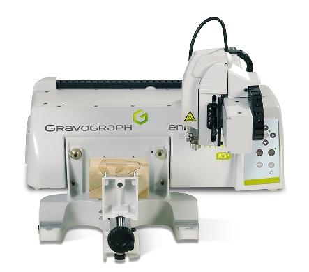 Máquina electrónica para grabar compacta, ligera y modular con un área de trabajo de 210x305mm. Está diseñada para que r