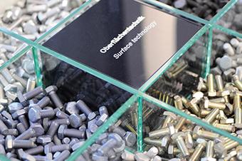 Bollhoff utiliza en sus productos tratamientos superficiales sostenibles El tratamiento superficial de zinc pasivado (VZD): la alternativa sostenible al Cromo VI para procesos de galvanizado