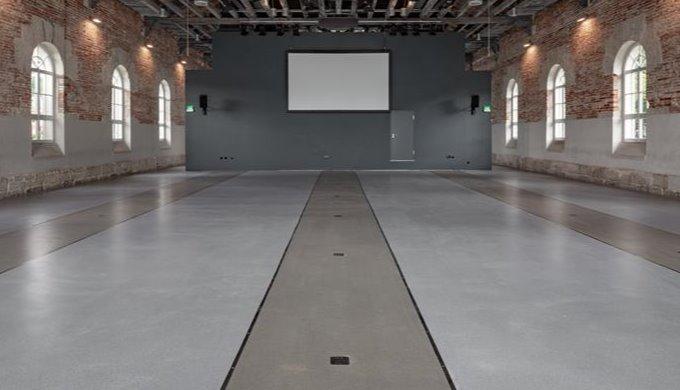 Zweifarbige Terrazzo-Beschichtung lässt Schienenbett entstehen