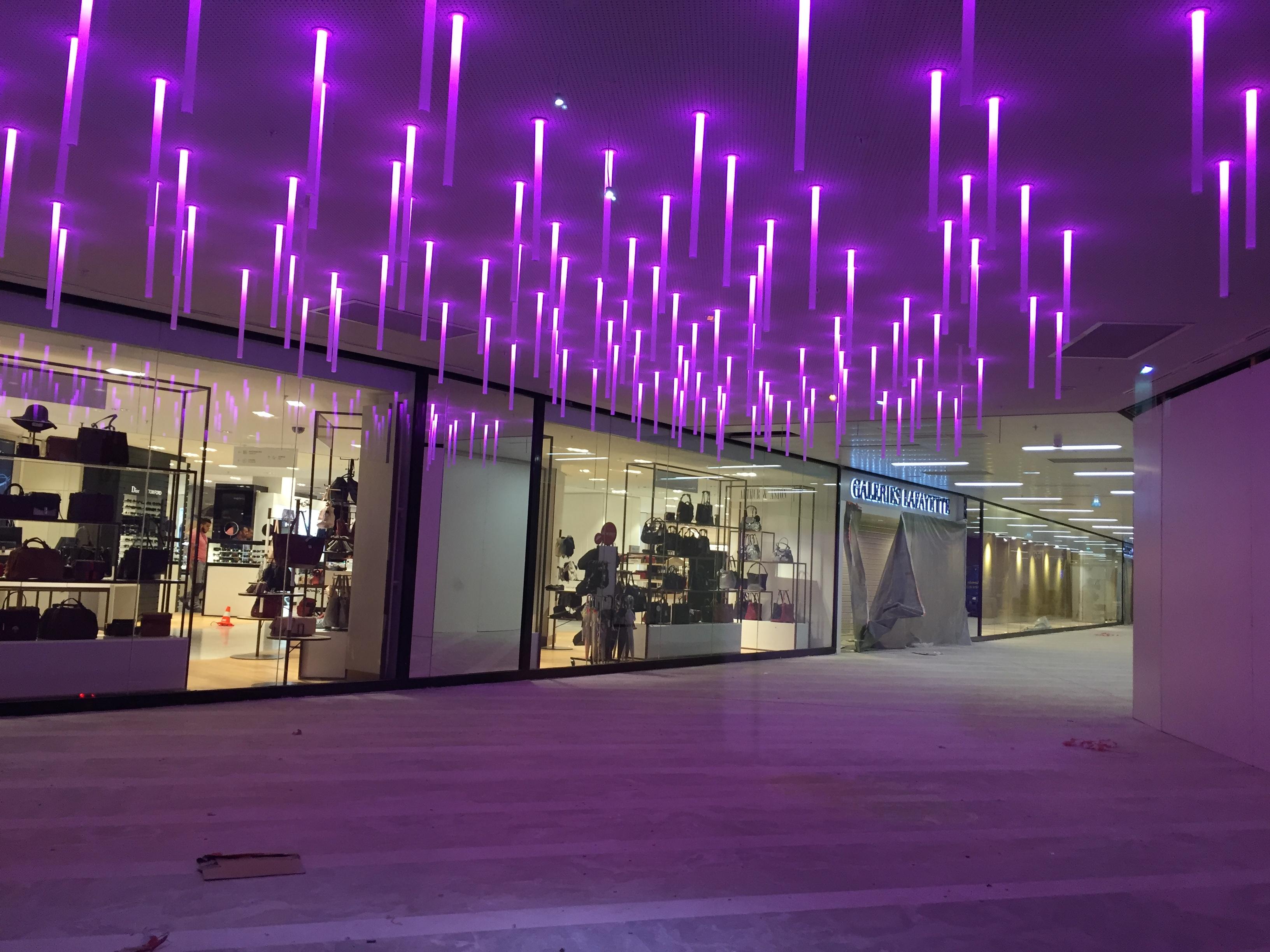 Actif Signal réalise une mise en lumière du mail du Centre Commercial Bourse à Marseille.