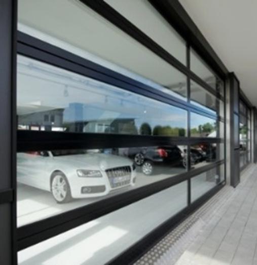 Le vitrage extérieur collé confère à la porte sectionnelle ALR F42 Vitraplan transparence et élégance. Le profilé de cad