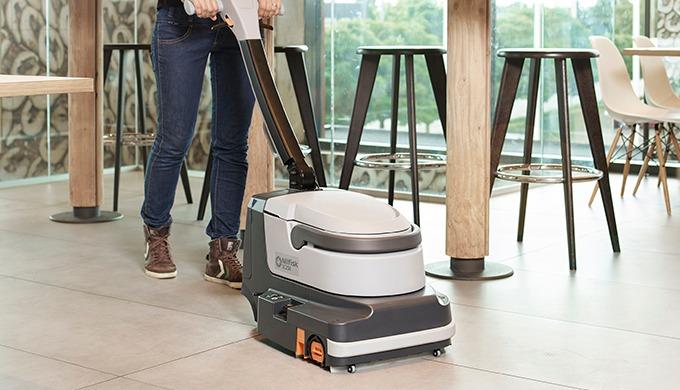 L'autolaveuse Nilfisk SC250 permet un nettoyage rapide et efficace des sols durs, dans les moindres recoins et dans tout