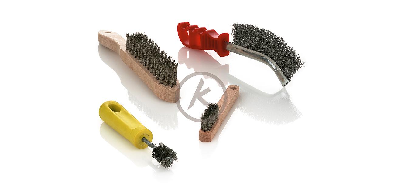 Handbürsten mit Holzkörpern sind in verschiedenen Arbeitsbreiten (Reihenzahlen) lieferbar. Streifen-Handbürsten haben ei