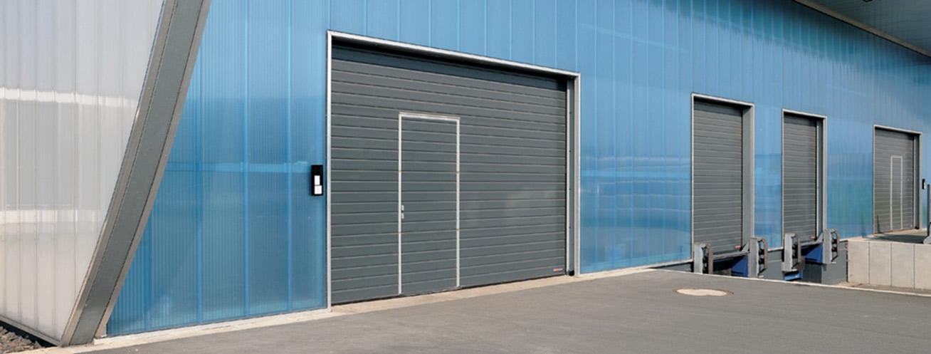 La porte SPU F 42 dispose de sections de 42 mm d'épaisseur injectées de mousse polyuréthane avec sécurité anti-pincement