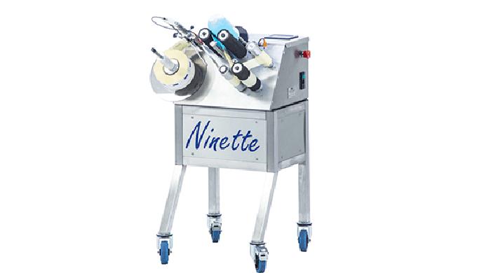 Conçue par la société CDA, la Ninette 1est une étiqueteuse semi-automatique permettant la dépose d'étiquettes adhésives