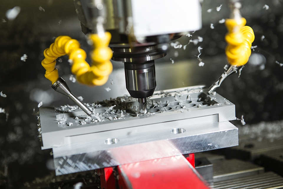 Ihre Produkte werden in der klimatisierten Produktionshalle auf modernsten, mehrachsigen CNC-Bearbeitungsmaschinen produ
