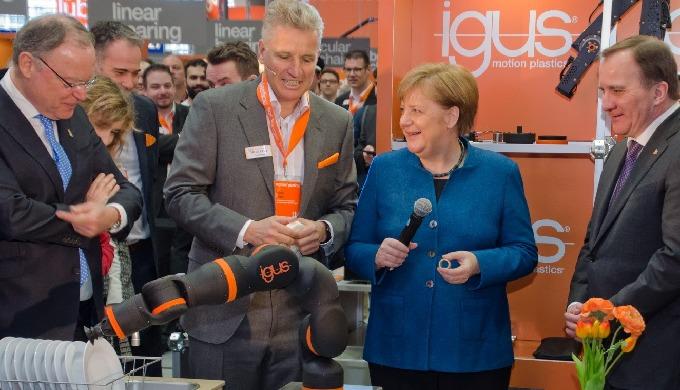 Hannover Messe: Prominenter Besuch auf dem igus Stand von Angela Merkel
