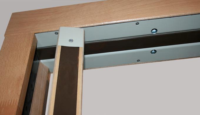 Huisseries pour portes bois à pivot de linteau EI30 ou EI60 : • Profil avec rainure arrière pour portes EI de 46 mm • 1