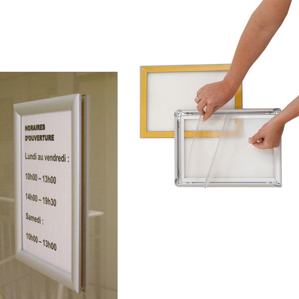Solution idéale pour communiquer sur une vitrine 1 cadre avec profilés rabattables et 2 protecteurs plexi transparents à