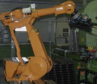 Stansning av rör utförs i en helautomatisk robotcell.