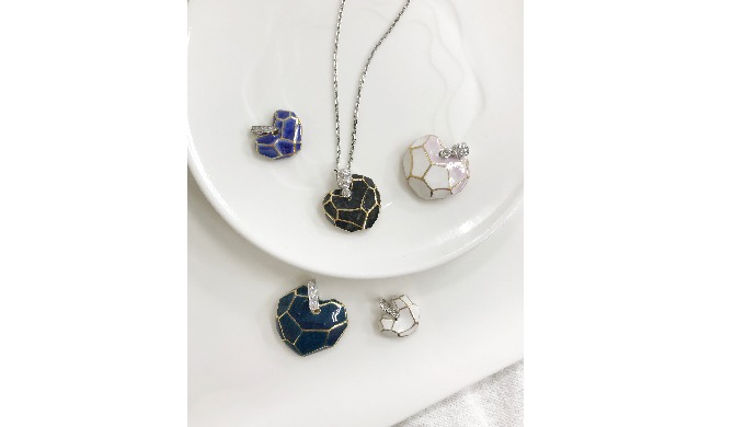 [CeraSilver Collection] uses a variety of colors and element silver(gold) line design styles. [CeraSilver Necklace] col