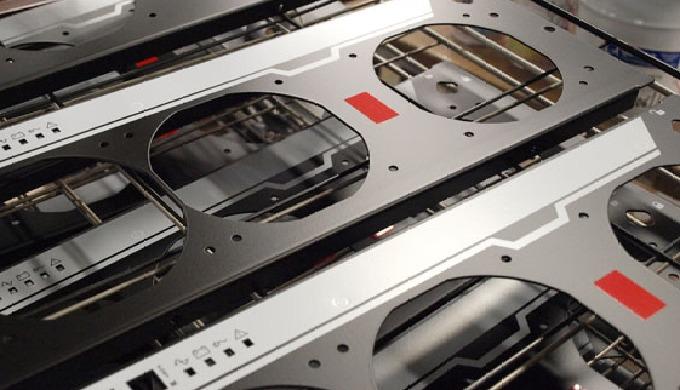 Stampiamo in serigrafia su metallo. Siamo specializzati nella stampa di carpenterie metalliche anche di grandi dimension