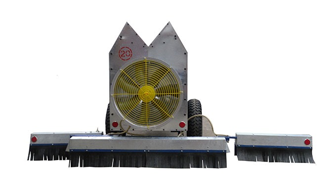 Ajustarea lăţimii făgaşului se realizează prin deplasarea manuală treptată (0,5m) a secţiilor laterale pe punte în rap