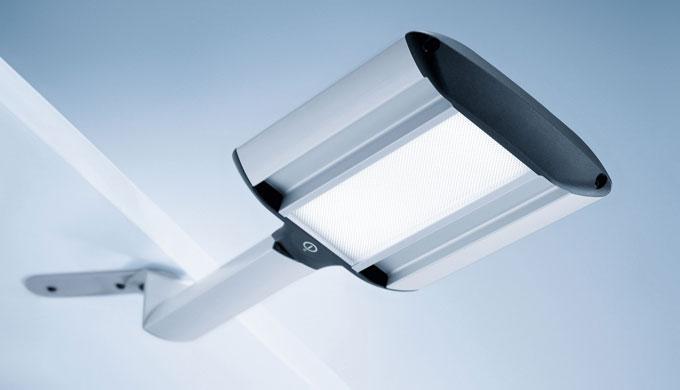 TANEO in der Leuchtenvariante mit Schwenkarm lässt sich über ihr praktisches Gestänge horizontal bewegen. Die innovative