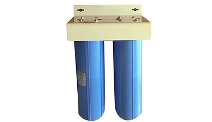 Equipé de deux porte filtres Big Blues renfermant une cartouche WS et un filtre fiberdine, cet ensemble pré filtration a