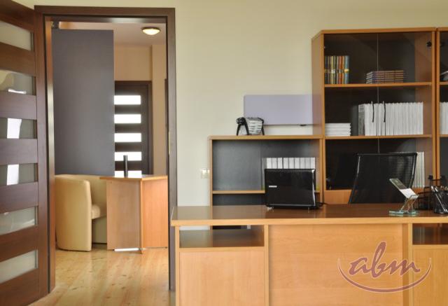 Klasyczny system mebli, przeznaczonych do wyposażania sekretariatów, recepcji oraz innych wnętrz biurowych. W skład syst