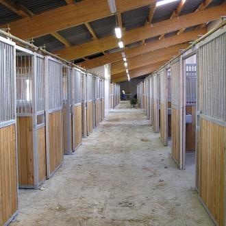 Koňské boxy, vnitřní boxy pro koně Ve standardním provedení jsou konstrukce žárově zinkované a výdřeva je z dubových foš