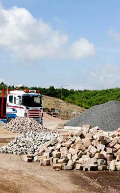 På Miljöfabriken kan du köpa grus, sand, stenmjöl, stenkross och singel. Vi säljer även olika typer av jord, både våra e