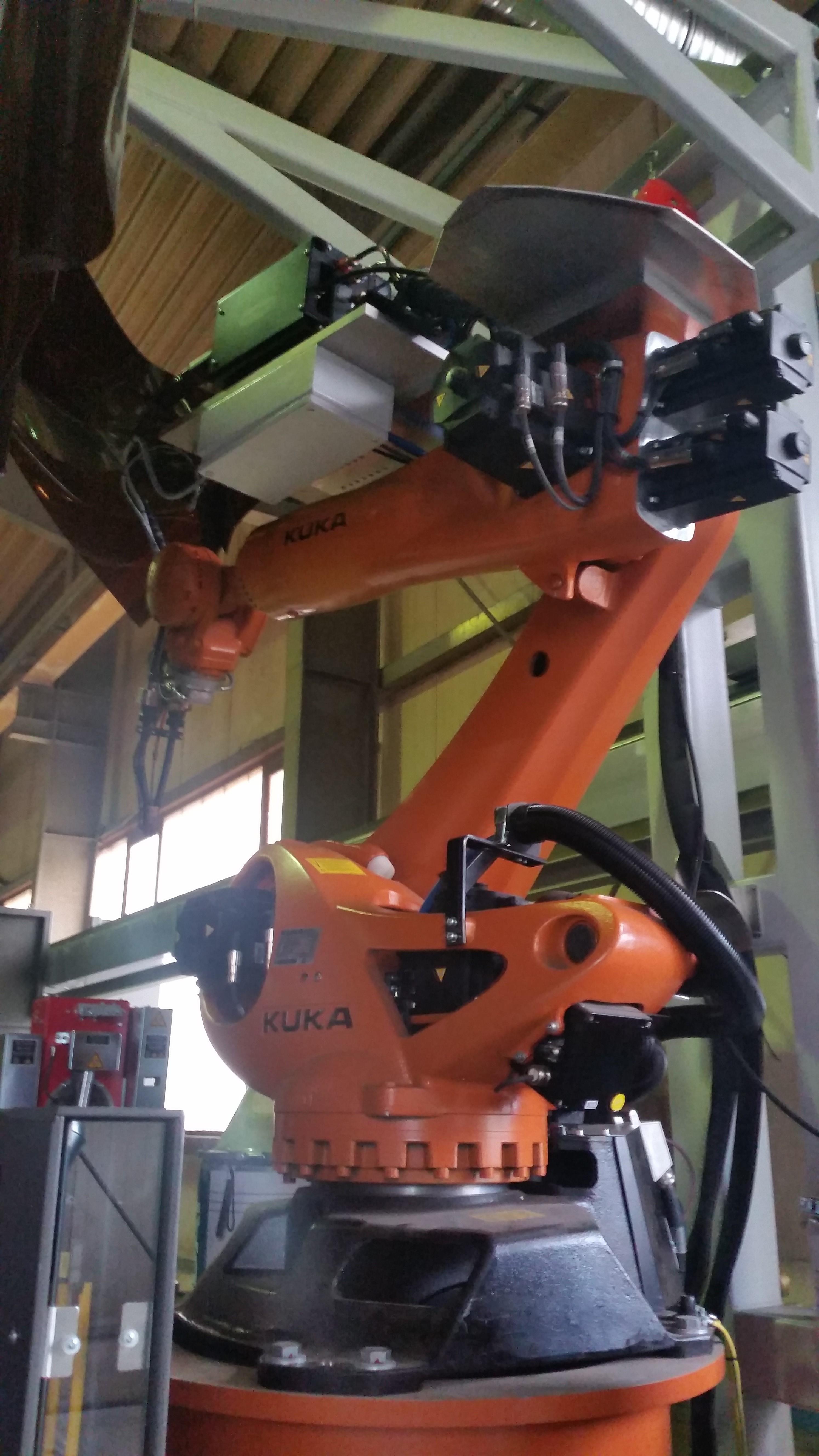 Mit unserem neuen Schweißroboter können wir an bis zu drei Arbeitsplätzen und mit einem Arbeitsradius von 2.700 mm an We