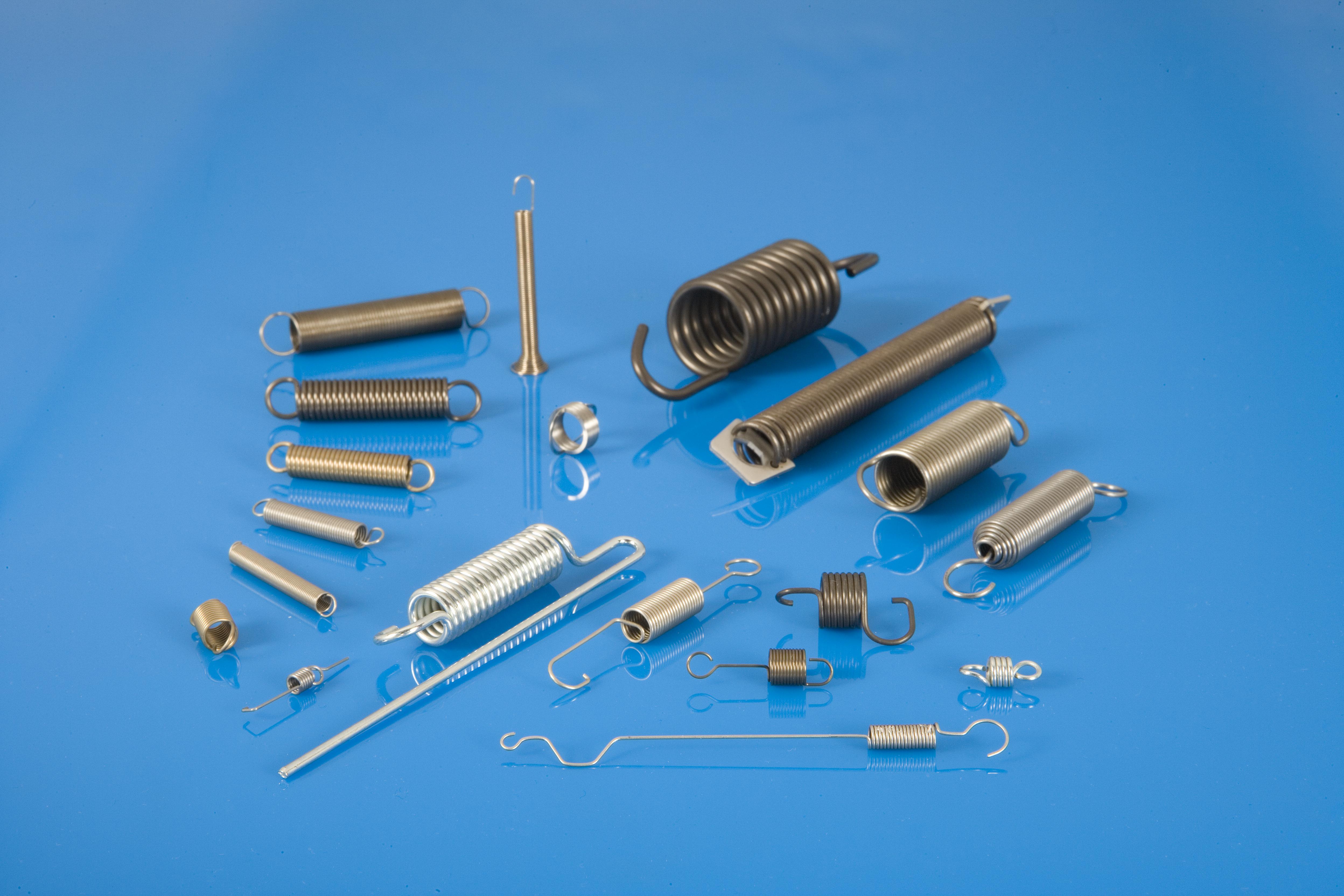 Bei Schweizer finden Sie ein umfangreiches Produktspektrum an Zugfedern. Abmessungen: Drahtdurchmesser 0,05 - 9,00 mm Dr