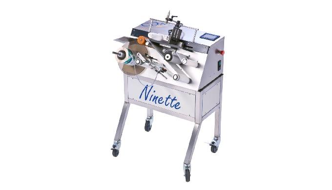 Conçue par la société CDA, la Ninette à Plat est une étiqueteuse semi-automatique permettant la dépose d'une étiquette a