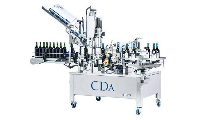 Conçue par la société CDA, la R1000 Mixteest une étiqueteuse et sertisseuse automatique permettant l'étiquetage et le s