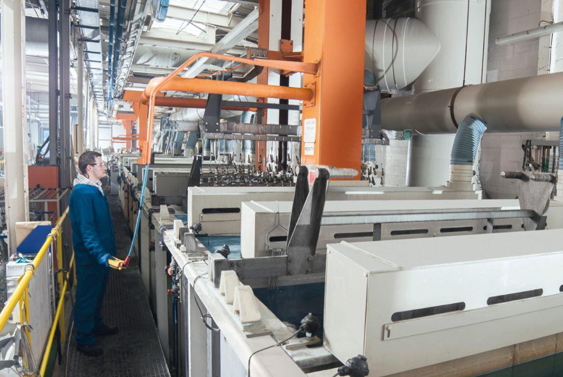 Sorgfalt und Präzision: Ein Anlagenführer während des Ablaufs einer Chemisch-Nickel-Beschichtung. Die Elektrolyt-Qualitä