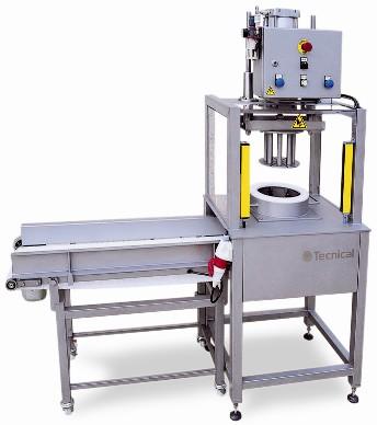 La cortadora en cuñas diviform TCA, está destinada a medianas producciones y es adecuada para todo tipo de quesos, espec
